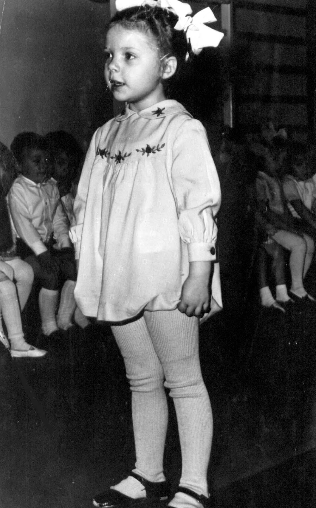 Черно-белое старое фото с детьми